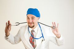 Il medico è divertentesi e tenente uno stetoscopio immagine stock libera da diritti