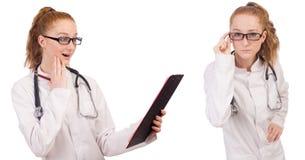 Il medico abbastanza femminile con lo stetoscopio isolato su bianco Fotografia Stock