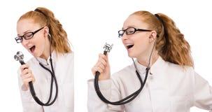 Il medico abbastanza femminile con lo stetoscopio isolato su bianco Immagine Stock