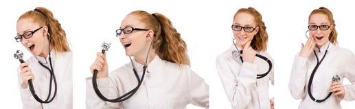 Il medico abbastanza femminile con lo stetoscopio isolato su bianco Fotografie Stock