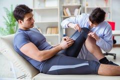 Il medico che controlla i pazienti congiunge la flessibilità con il gonimeter immagini stock libere da diritti