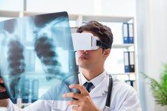 Il medico che lavora con i vetri virtuali di realtà del vr immagine stock