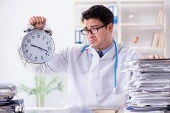 Il medico con la sveglia nel concetto urgente del controllo generale Fotografia Stock