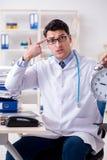 Il medico con la sveglia nel concetto urgente del controllo generale Fotografia Stock Libera da Diritti
