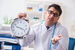Il medico con la sveglia nel concetto urgente del controllo generale Immagini Stock Libere da Diritti