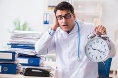 Il medico con la sveglia nel concetto urgente del controllo generale Fotografie Stock Libere da Diritti