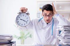 Il medico con la sveglia nel concetto urgente del controllo generale Immagini Stock