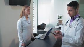 Il medico consegna gli antecedenti di aiuto video d archivio