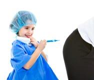Il medico del bambino fa l'iniezione Fotografie Stock Libere da Diritti