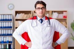 Il medico del supereroe che lavora in laboratorio l'ospedale Immagine Stock Libera da Diritti