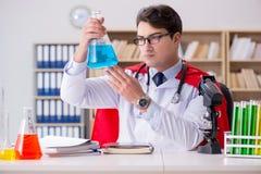 Il medico del supereroe che lavora in laboratorio l'ospedale Immagine Stock