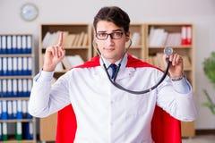 Il medico del supereroe che lavora in laboratorio l'ospedale Fotografie Stock Libere da Diritti