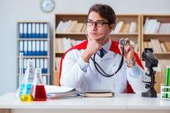 Il medico del supereroe che lavora nel laboratorio dell'ospedale Immagine Stock