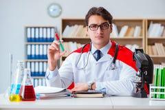 Il medico del supereroe che lavora nel laboratorio dell'ospedale Fotografie Stock Libere da Diritti