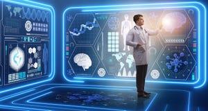 Il medico dell'uomo nel concetto medico della medicina futuristica Fotografia Stock