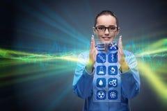 Il medico della donna che preme i bottoni con le varie icone mediche Immagine Stock