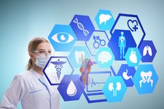 Il medico della donna nel concetto futuristico di telemedicina Fotografia Stock