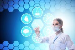 Il medico della donna nel concetto futuristico di telemedicina Immagini Stock Libere da Diritti