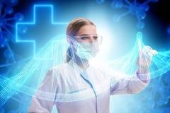 Il medico della donna nel concetto futuristico di telemedicina Fotografie Stock