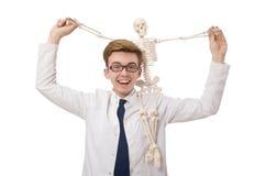 Il medico divertente con lo scheletro isolato su bianco Fotografie Stock