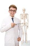 Il medico divertente con lo scheletro isolato su bianco Fotografie Stock Libere da Diritti