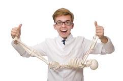 Il medico divertente con lo scheletro isolato su bianco Immagini Stock