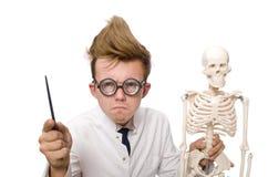 Il medico divertente con lo scheletro isolato su bianco Fotografia Stock Libera da Diritti