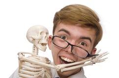 Il medico divertente con lo scheletro isolato su bianco Immagini Stock Libere da Diritti