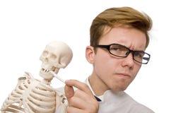Il medico divertente con lo scheletro isolato su bianco Fotografia Stock
