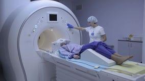 Il medico esamina la salute paziente del ` s con imaging a risonanza magnetica archivi video