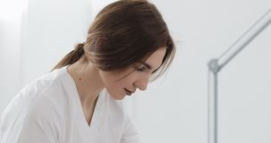 Il medico fa la procedura che rimuove le celluliti sulle natiche pazienti Trattamento di pelle di peso eccessivo e floscia fine video d archivio