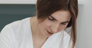 Il medico fa la procedura che rimuove le celluliti sulle natiche pazienti Trattamento di pelle di peso eccessivo e floscia fine archivi video
