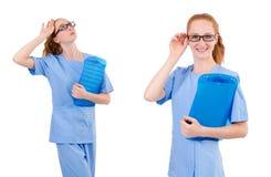 Il medico grazioso in uniforme del blu con i documenti isolati su bianco Fotografie Stock Libere da Diritti