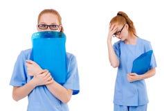 Il medico grazioso in uniforme del blu con i documenti isolati su bianco Immagine Stock Libera da Diritti