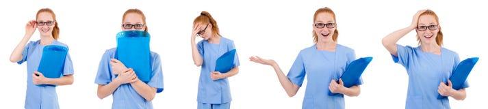 Il medico grazioso in uniforme del blu con i documenti isolati su bianco Immagine Stock