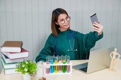 Il medico ha preso un'immagine se stesso con il suo telefono cellulare immagine stock