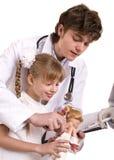 Il medico impara il bambino per fare l'inoculazione. Immagini Stock Libere da Diritti