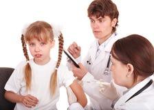 Il medico inietta l'inoculazione al bambino. Immagini Stock