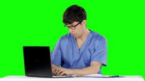 Il medico lavora al computer Schermo verde archivi video