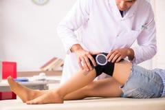 Il medico maschio che controlla flessibilità unita con il goniometro immagine stock