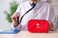 Il medico maschio con la borsa del pronto soccorso immagine stock libera da diritti