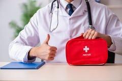 Il medico maschio con la borsa del pronto soccorso immagini stock