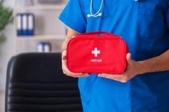 Il medico maschio con la borsa del pronto soccorso fotografie stock libere da diritti