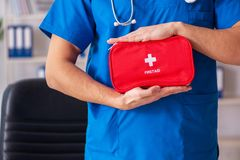 Il medico maschio con la borsa del pronto soccorso fotografia stock