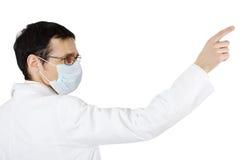Il medico nella mascherina medica indica una barretta Immagine Stock
