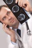 Il medico sta controllando i raggi X Fotografia Stock