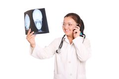 Il medico sta esaminando i raggi X Immagini Stock Libere da Diritti