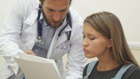 Il medico sta spiegando le sue raccomandazioni al paziente fotografia stock