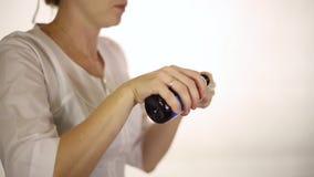 Il medico versa la medicina in un cucchiaio stock footage