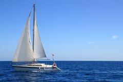 Il Mediterraneo blu della bella della barca a vela vela di navigazione Fotografia Stock